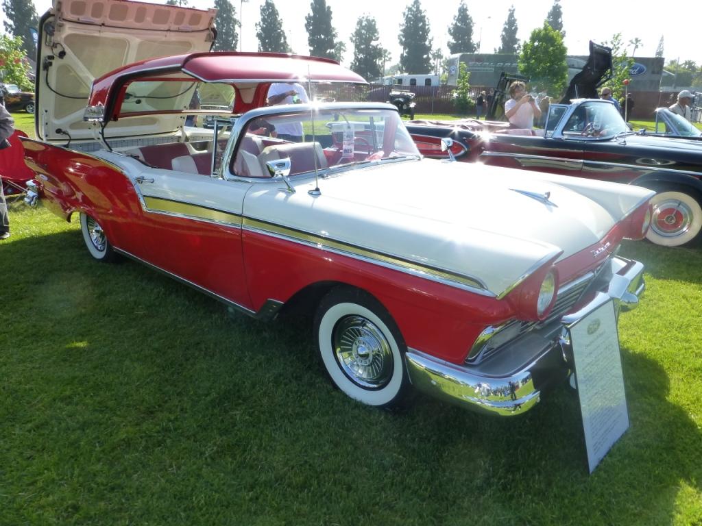 1957 Ford Fairlane 500 Skyliner  フォードの歴史の中で10台の名車のうちに入るモデル。 電動で開閉するトップを装備。