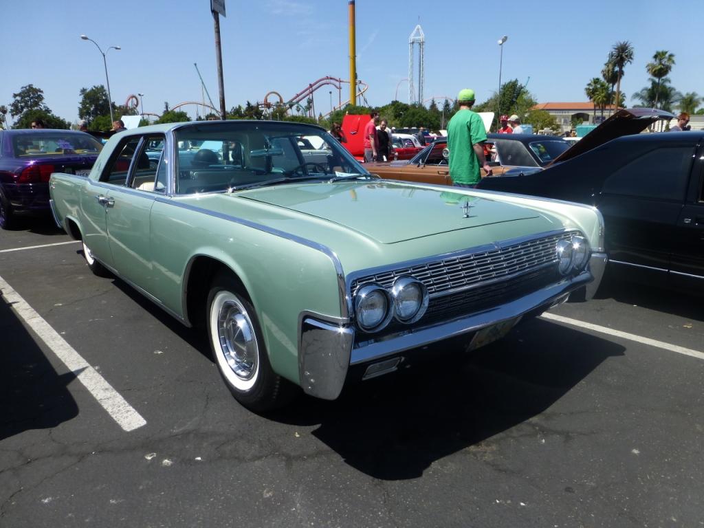 1962 Lincoln Continental 観音開き「Suicide Door」が特徴のモデルです。