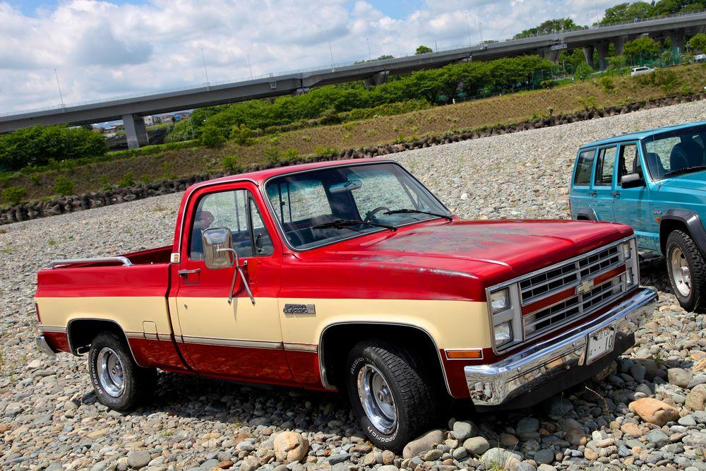 86年 Chevyグリルを持つ GMC C-1500 Sierra。