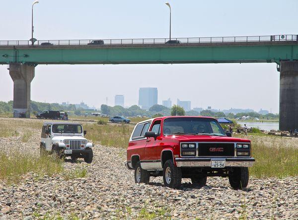 次々と現場に到着するアメリカ車SUVたち。